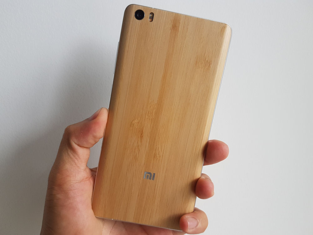 Mặt sau Xiaomi Mi Note là camera 13 MP cùng đèn LED kép