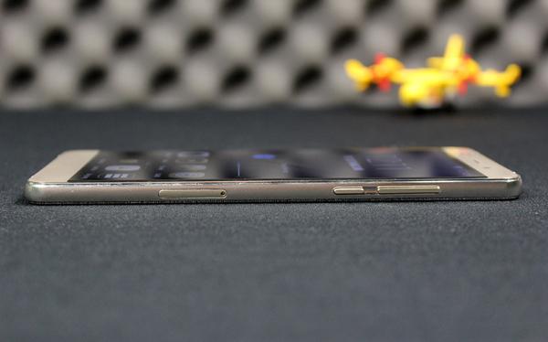 Nomi 5 tuy có kích thước màn hình lớn 5,5 inch nhưng lại có thiết kế mỏng ấn tượng