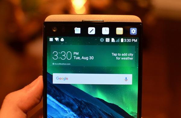 Ở mặt trước LG V20 chính hãng có màn hình phụ 2,1 inch