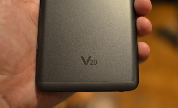 Mặt sau máy nổi bật với logo V20