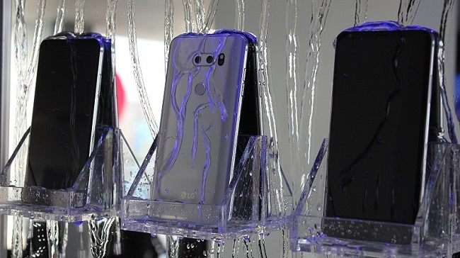 LG V30 cũng hỗ trợ chống nước, bụi