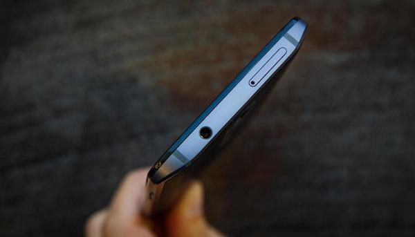 Phía trên Motorola Droid Turbo 2 cũ là jack tai nghe 3.5 mm và khe SIM