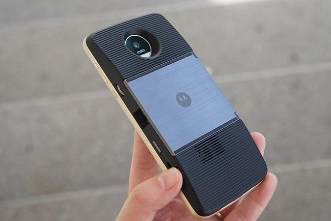 Các phụ kiện có thể dễ dàng kết nối với mặt sau Motorola Moto Z cũ thông qua cổng nam châm 16 chân