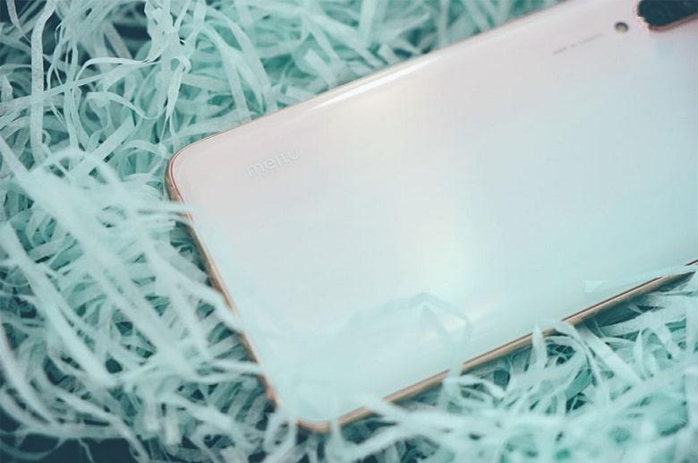Mặt lưng của Xiaomi Mi CC9 Meitu Edition bóng bẩy