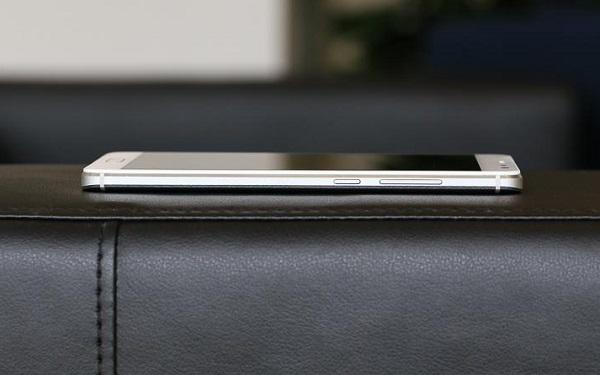 Bên cạnh phải Xiaomi Redmi Pro là nút nguồn và phím tăng giảm âm lượng