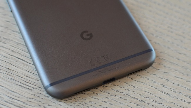 Mặt lưng Google Pixel XL nổi bật với logo Google