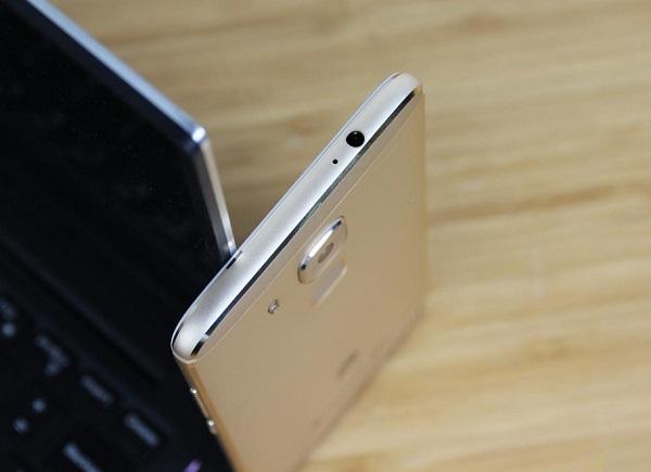 Trên đỉnh Huawei G9 Plus là jack cắm tai nghe 3.5mm và micro