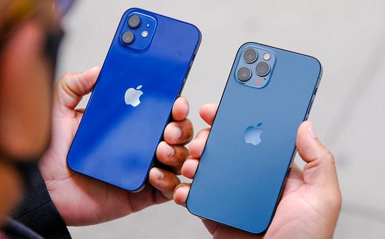 iPhone 12 Pro 256GB chính hãng bên cạnh iPhone 12