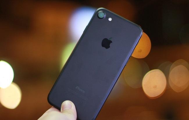 Màu đen bóng tạo vẻ đẹp bí ẩn cho iPhone 7 cũ like new