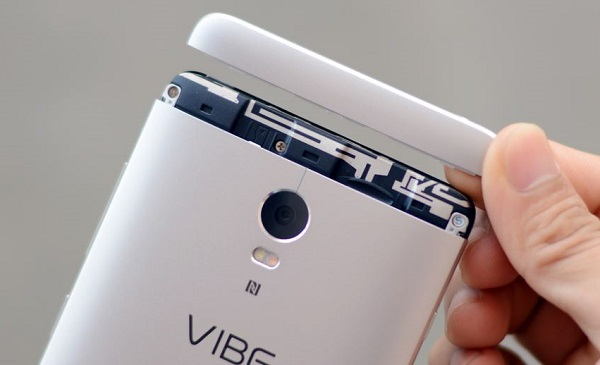 Trên đỉnh Lenovo Vibe P1 là nắp nhựa có thể tháo rời
