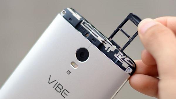 Nắp nhựa này che khe SIM và khe cắm thẻ nhớ microSD