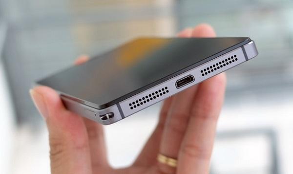 Cạnh dưới Lenovo Vibe Shot là cổng microUSB và cụm loa