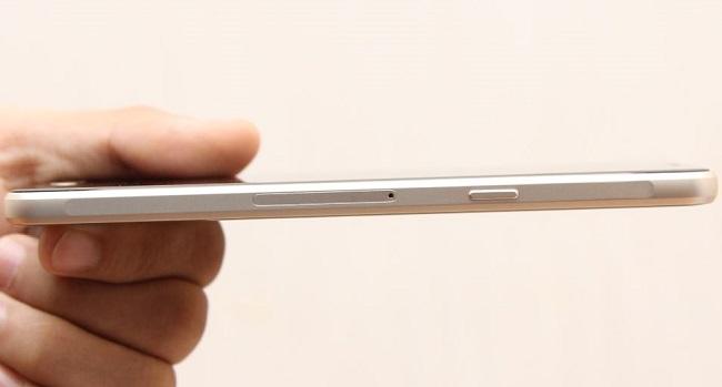 Cạnh phải Samsung Galaxy A5 2016 là nút nguồn, khe SIM và khe cắm thẻ nhớ