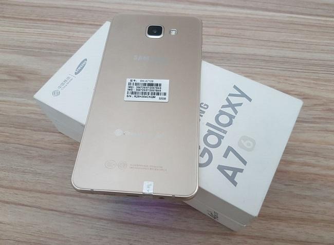 Mặt lưng Samsung Galaxy A7 (2016) được làm bằng kính giúp chống bám vân tay tốt hơn