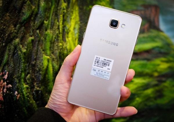 Mặt sau Samsung Galaxy A9 nổi bật với cụm camera và logo Samsung