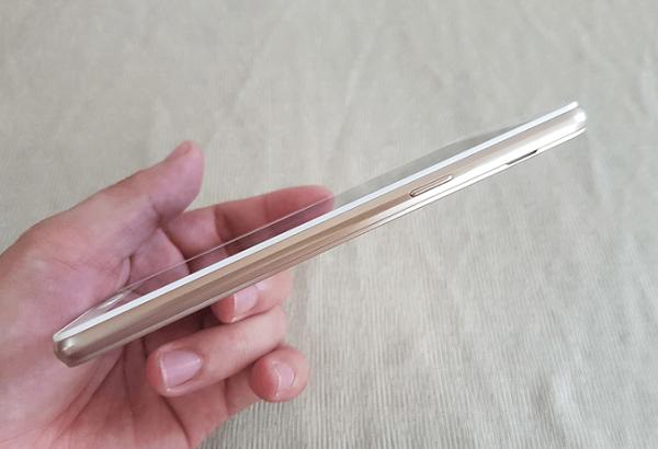 Cạnh phải Samsung Galaxy J3 Pro giá rẻ là nút nguồn