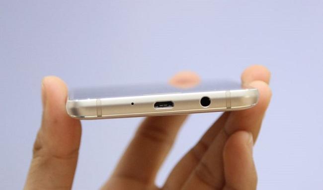 Cạnh đáy điện thoại Samsung Galaxy J5 2016 chính hãng là cổng microUSB và jack 3.5 mm