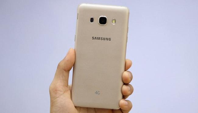 Mặt lưng Samsung Galaxy J5 2016 được làm bằng chất liệu nhựa bo cong tạo cảm giác cầm nắm thoải mái và ôm tay
