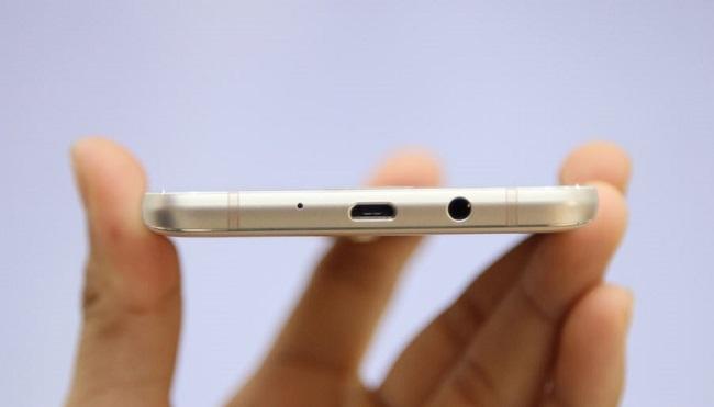 Cạnh đáy Samsung Galaxy J7 2016 là cổng microUSB và jack 3.5 mm