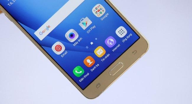 Mặt trước Samsung Galaxy J7 2016 là nút Home vật lý và 2 phím ảo điều hướng quen thuộc