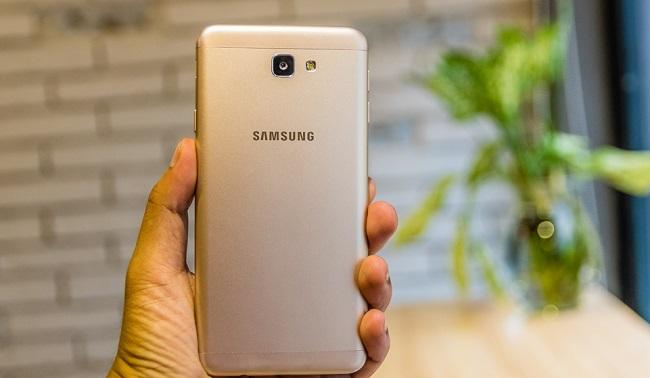 Mặt lưng Samsung Galaxy J7 Prime được làm bằng kim loại khi sờ vào tạo cảm giác mát tay và đắc biệt giúp hạn chế bám vân tay