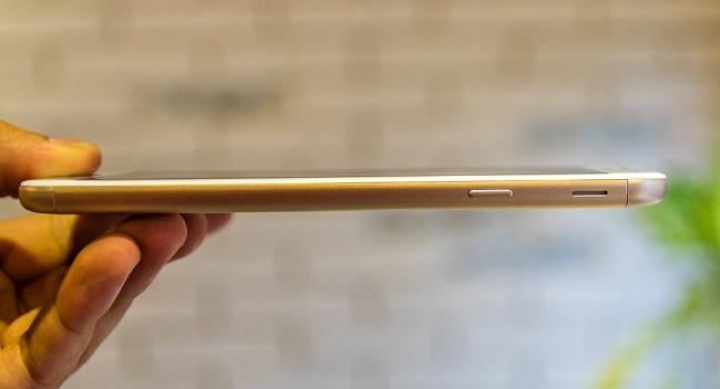 Cạnh phải điện thoại Samsung Galaxy J7 Prime là nút nguồn và cụm loa