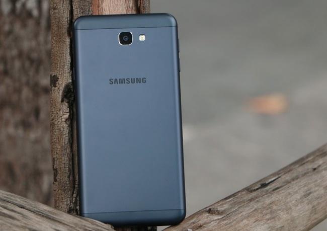 Mặt lưng của Samsung Galaxy J7 Prime nổi bật với cụm camera có thiết kế không lồi