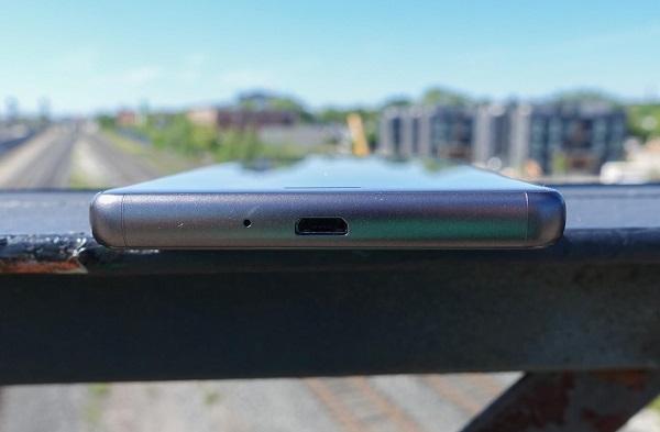 Cạnh dưới Sony Xperia X Performance là cổng microUSB