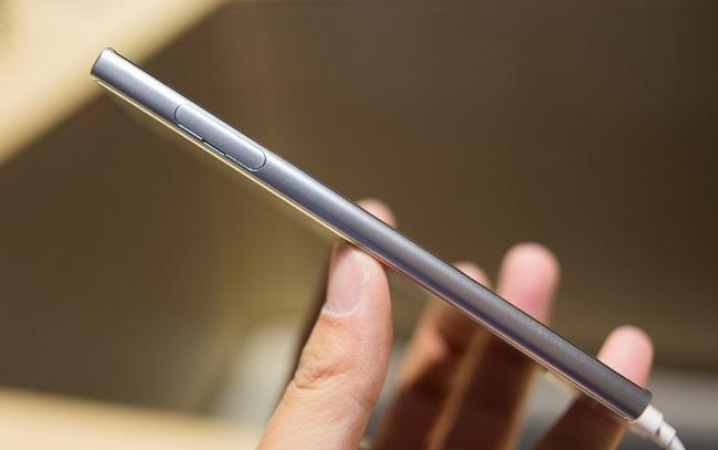 Sony Xperia XZ cạnh trái