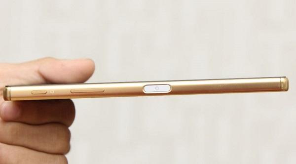 Cạnh phải điện thoại Sony Xperia Z5 Premium nổi bật với nút nguồn được trang bị cảm biến vân tay
