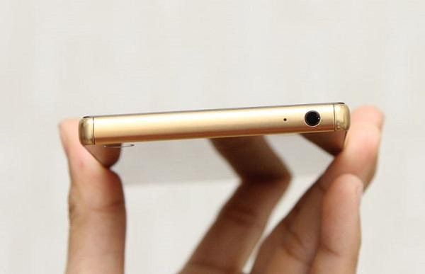 Trên đỉnh máy Sony Xperia Z5 Premium chính hãng là jack cắm tai nghe 3.5mm