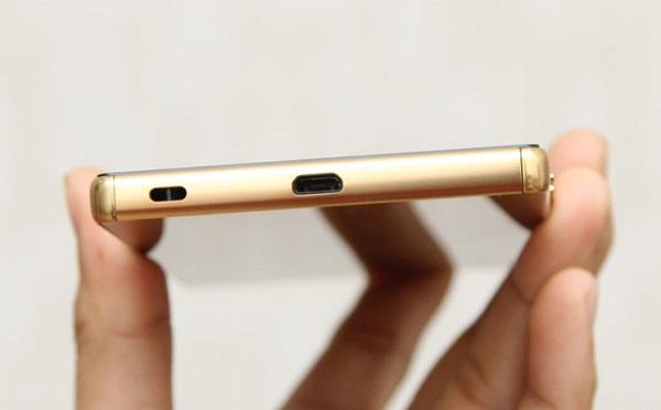 Cạnh dưới Sony Xperia Z5 Premium là cổng microUSB