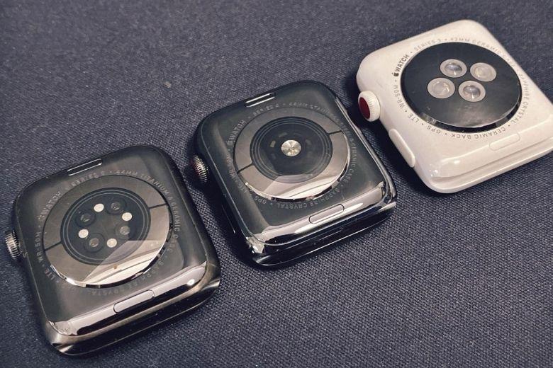 Apple Watch Series 6 bên cạnh series 3 và 4