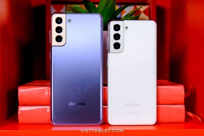 Samsung Galaxy S21 bên cạnh Samsung Galaxy S21+