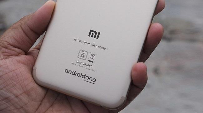 Mặt lưng Xiaomi Mi A1 nổi bật với dòng chữ androidone
