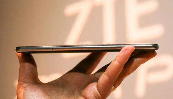 Cạnh trái điện thoại ZTE Zmax Pro là khe lắp SIM