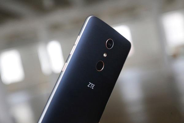 Cạnh phải ZTE Zmax Pro là nút nguồn và phím tăng giảm âm lượng