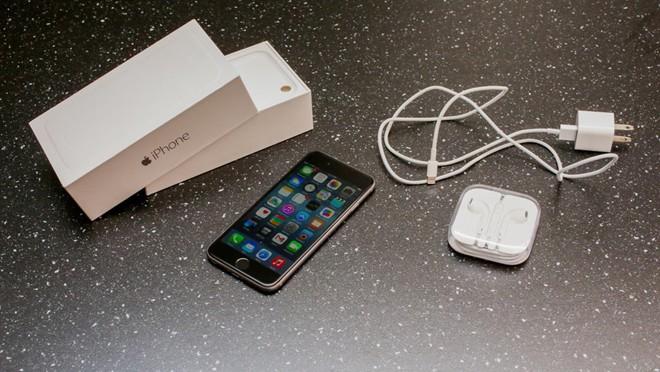 Nên mua phụ kiện iPhone chính hãng. Ảnh: Cnet.