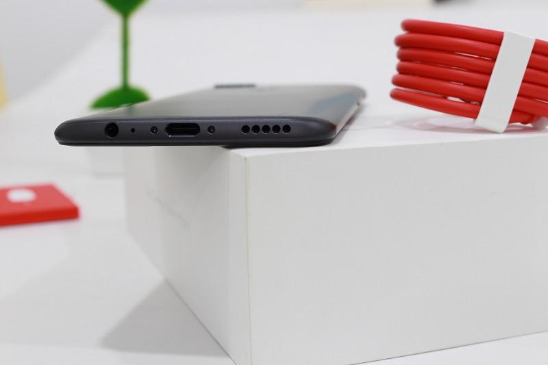 Đập hộp OnePlus 5: Cạnh dưới