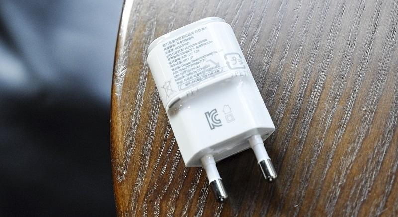 Đập hộp LG Q6: Củ sạc