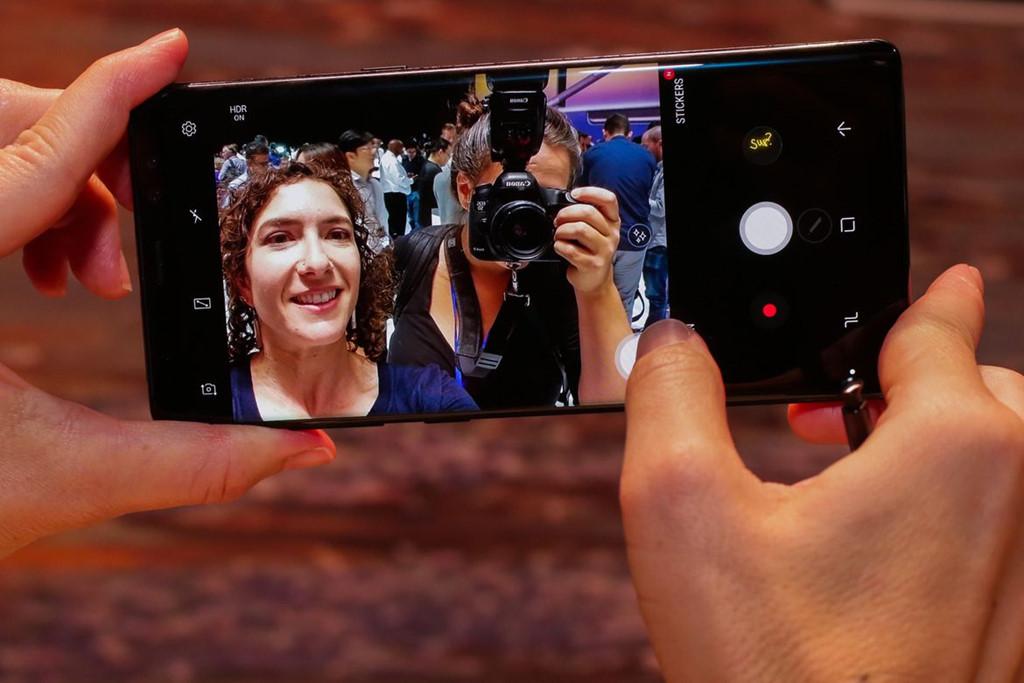 Nếu ấn và kéo nút chụp đi trong phần camera