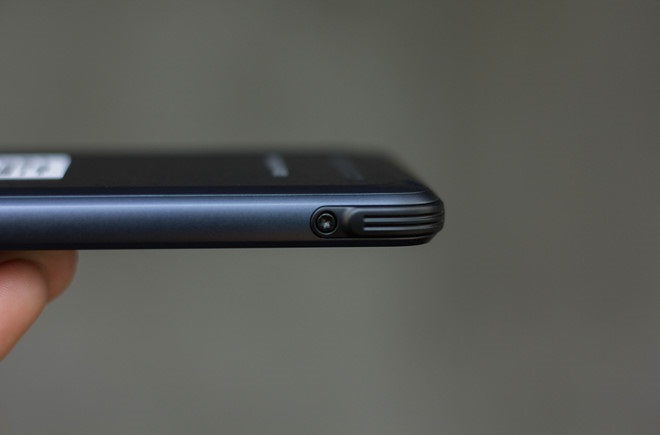 Đập hộp Samsung Galaxy S8 Active: Cạnh phải