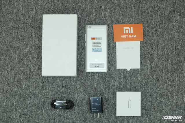 Phụ kiện đi kèm của máy gồm sạc, cáp, que chọc SIM, sách HDSD. Mi 5s không được tặng kèm ốp lưng như Mi 5s Plus