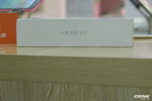 Ở bên cạnh hộp ghi rõ tên gọi của máy Mi 5s