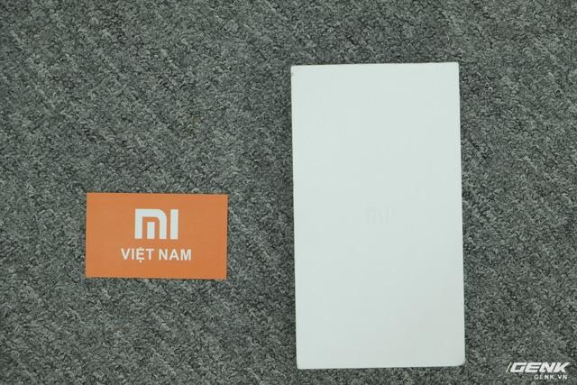 Hộp của Mi 5s có thiết kế đơn giản, toàn một màu trắng và chỉ có logo Mi ở mặt trước