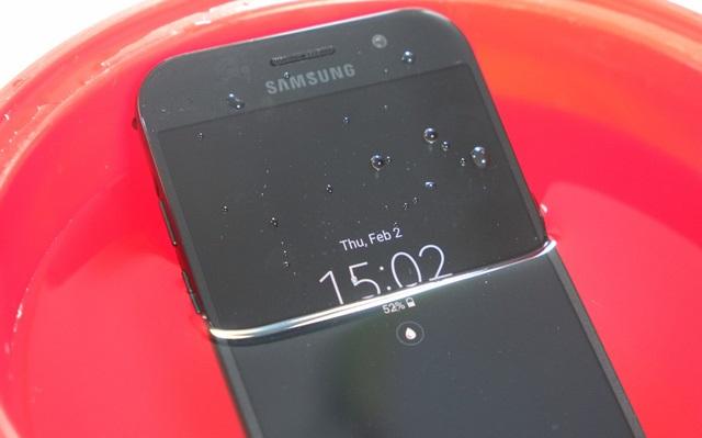 Hai tính năng nổi bật của Galaxy A 2017 là khả năng kháng nước chuẩn IP68 và màn hình luôn bật (Always-on Display) đều được kế thừa từ dòng máy cao cấp Galaxy S7
