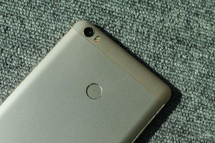 Mặt sau của Xiaomi Mi Max là cảm biến vân tay