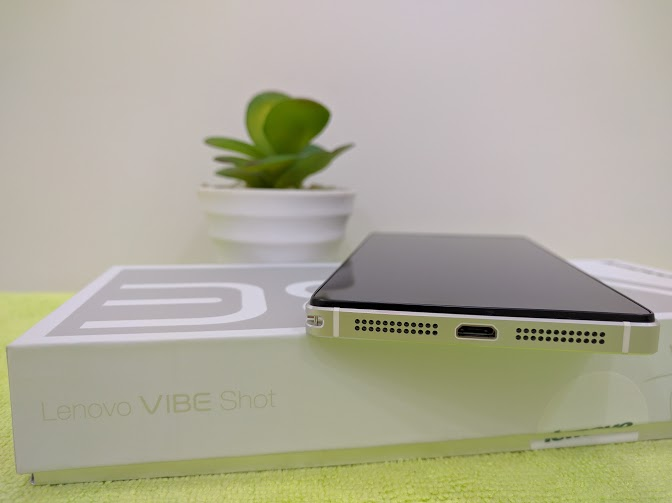 Cạnh đáy Lenovo Vibe Shot là cổng sạc USB và dải loa đối xứng
