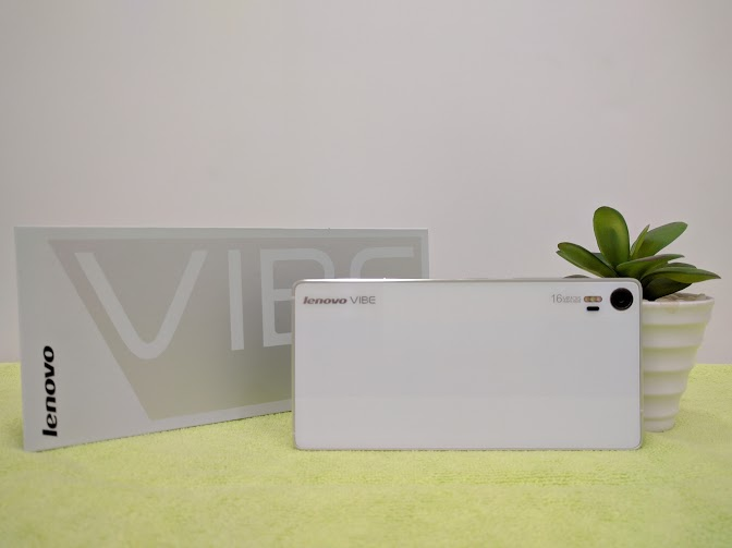 Mặt lưng Lenovo Vibe Shot là cụm camera với đèn triple-LED flash