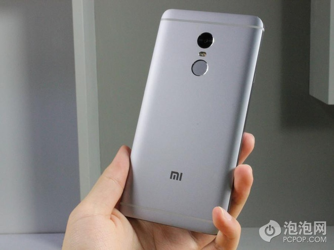 Xiaomi Redmi Note 4 có thiết kế tương tự Redmi Note 3 với vỏ kim loại nguyên khối nhưng phần lưng được làm liền lạc hơn.